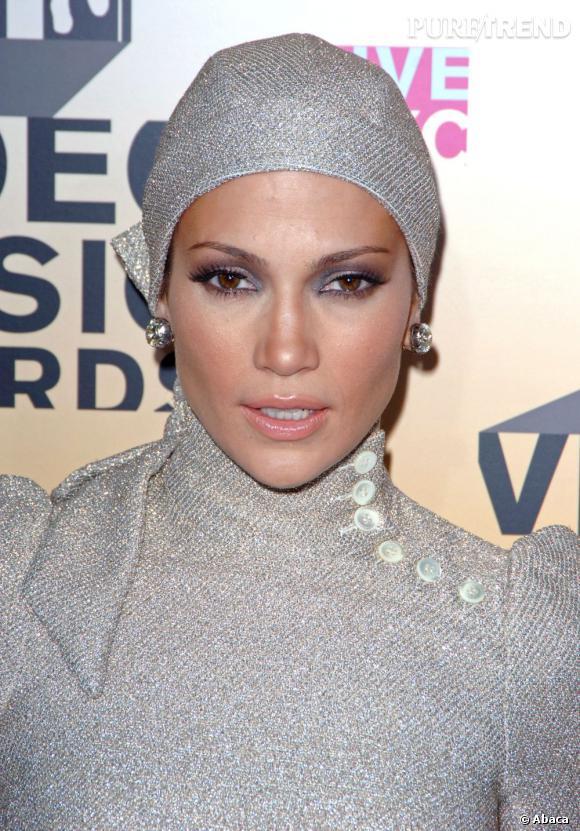 Une nouvelle fois, Jennifer Lopez tire ses cheveux en arrière sous un foulard. Un petit bémol pour le total look argenté.