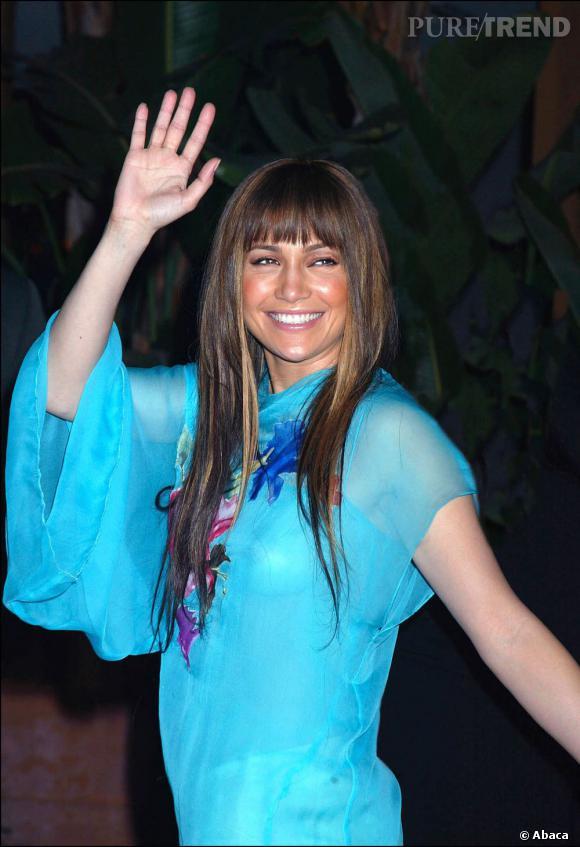 Longueurs ultra-lisses et frange. En 2002, Jennifer Lopez semble un peu perdue.