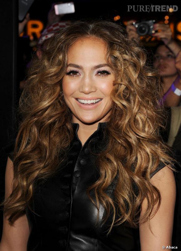 Quand elle a décidé d'être sauvage, Jennifer Lopez ne fait pas les choses à moitié. On regrette juste que les racines soient si volumineuses.