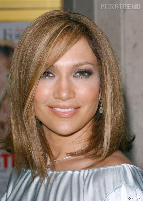 Jennifer Lopez coupe au carré en 2005 et en profite pour s'éclaircir la base. Une coiffure très working girl.