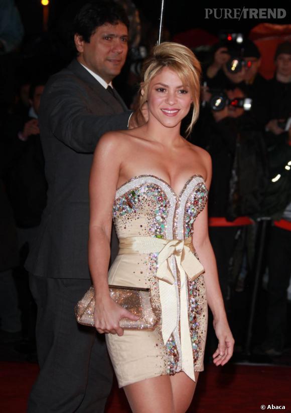 Shakira porte une robe à sequins style pierres précieuses qui lui donne beaucoup d'éclat.