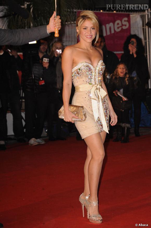 La robe courte et les escarpins à talons mettent en valeur les jambes fuselées de la star.