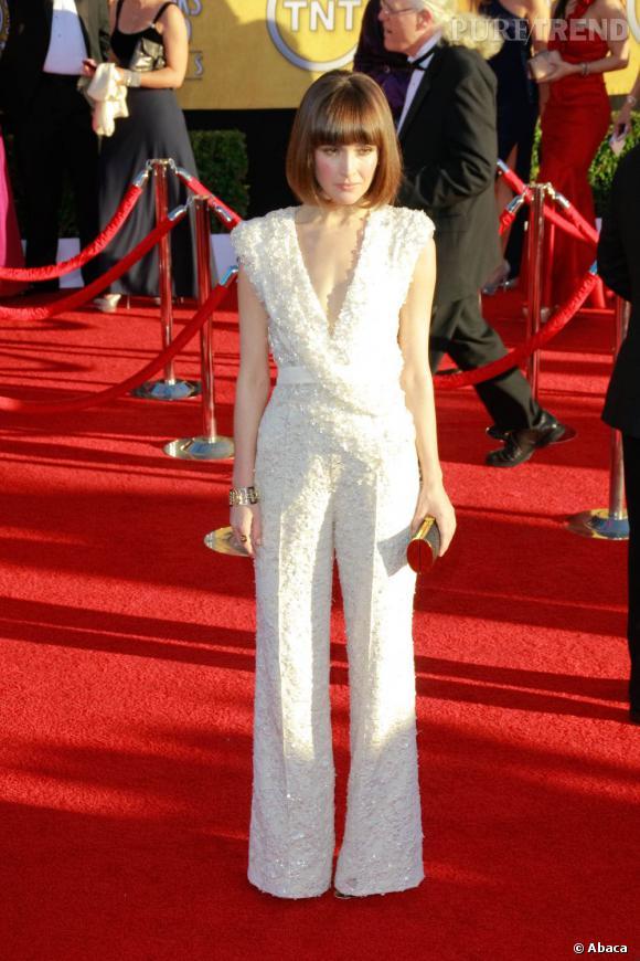 Taille haute et décolleté plongeant, Rose Byrne allie élégance et glamour dans cette tenue.
