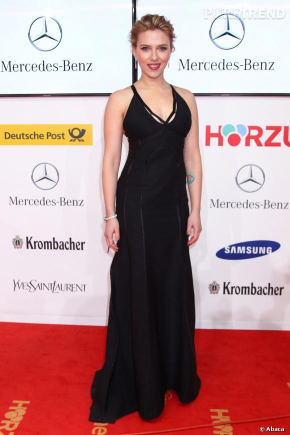 Scarlett Johansson peaufine son look à l'aide de bijoux de la griffe Bulgari.