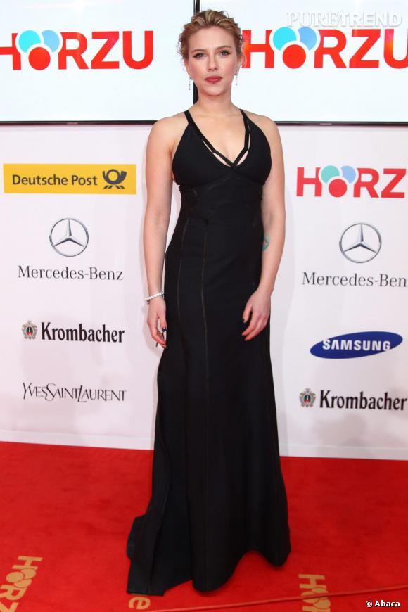 Scarlett Johansson mise sur une robe Calvin Klein pour flatter sa silhouette de rêve.