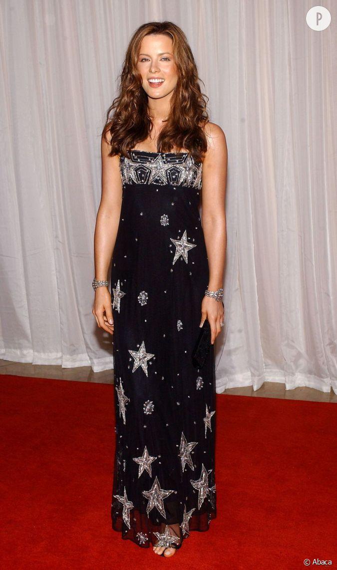 Longue robe romantique et audacieuse la jeune femme s 39 illustre pour la p - Style boheme romantique ...