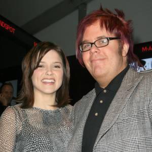 """Perez Hilton et Sophia Bush en 2008 après, que le blogueur ait traité la série """"Les Frères Scott"""" de """"cul de sac complètement mort"""". L'actrice ne semble pas rancunière."""