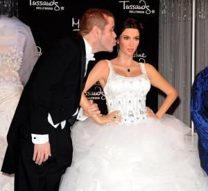 Perez Hilton a souvent parodié en chanson les soeurs Kardashian. Du coup, il se contentera de poser avec la statut de cire de Kim, plutôt qu'en vrai.