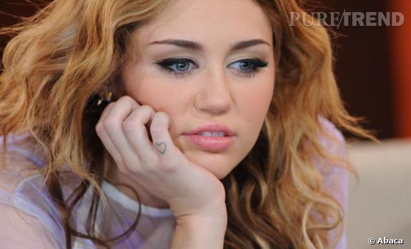 Le petit coeur de Miley sur l'auriculaire.
