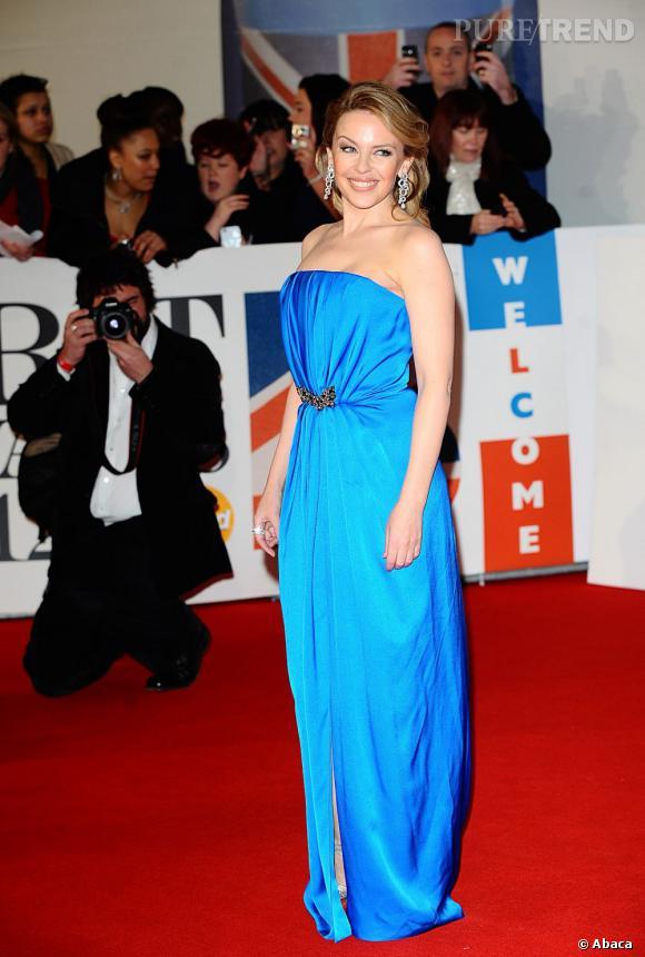 Kylie Minogue très hollywoodienne dans sa robe bleue Yves Saint Laurent.