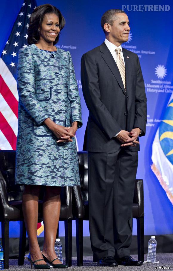 Michelle Obama opte pour un manteau aux imprimés délicats signé Peter Som.