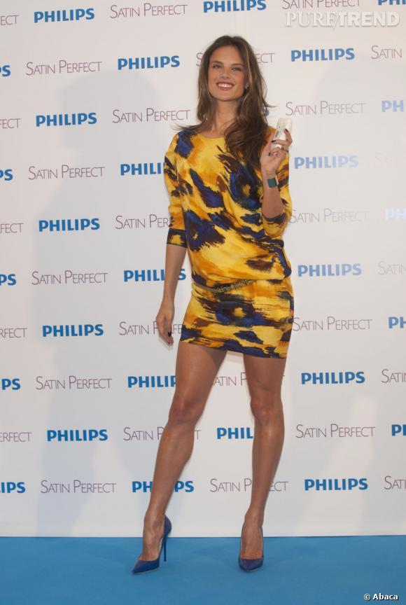 Robe camouflage et jambes huilées, Alessandra Ambrosio ne fait pas dans la légèreté.
