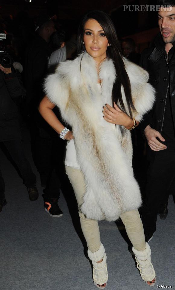 Kim Kardashian choisit un look fourrure un brin exagéré.