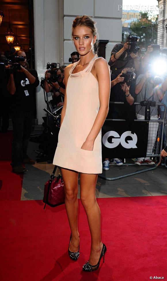 Rosie Huntington-Whiteley adopte le mini modèle de Louis Vuitton.