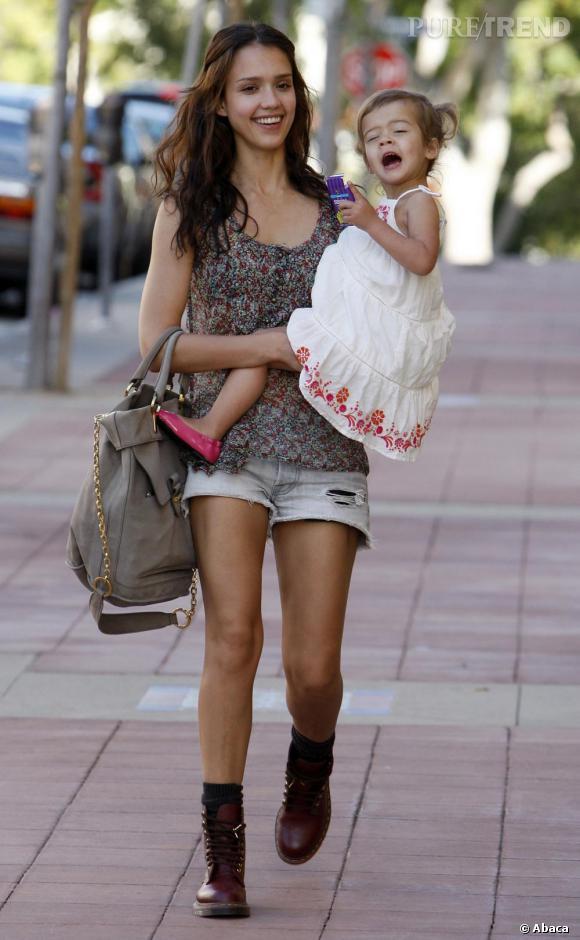 Jessica Alba et son sac Blanche de Derek Lam copié sur Leighton Meester.
