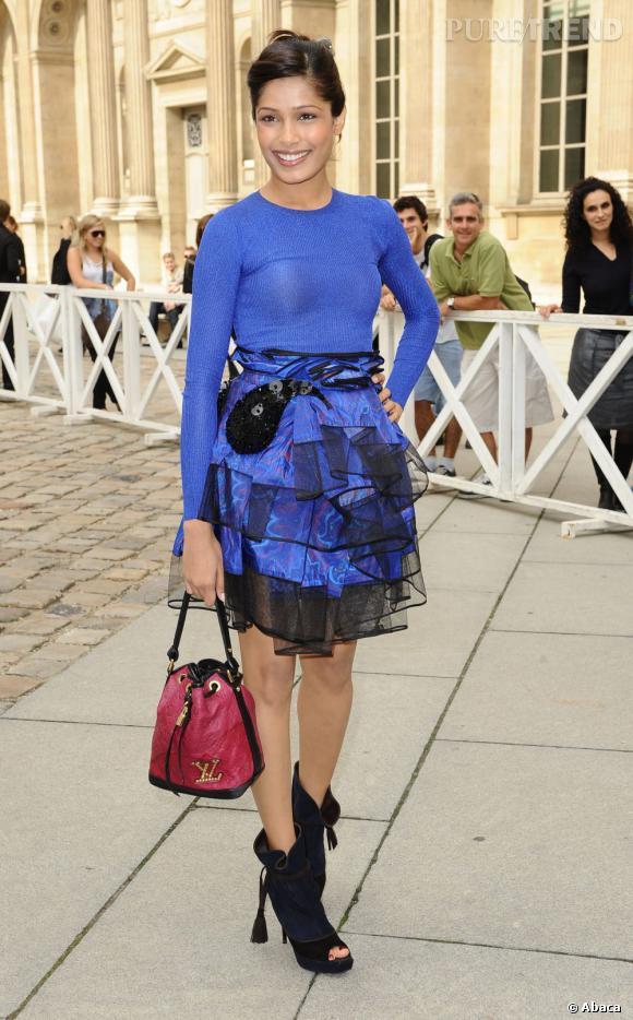 Freida Pinto craque pour le Double Jeu Neo-Noé de Vuitton.