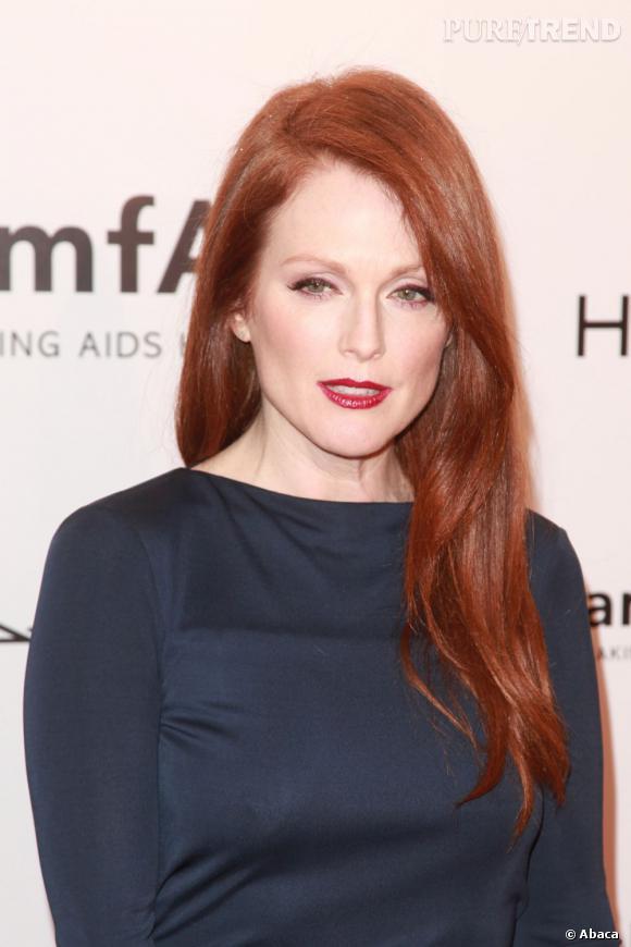 Les cheveux flamboyants de Julianne Moore contrastent avec son teint pâle.