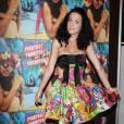Katy Perry a beau être une star internationale, elle prend la pose dans sa plus belle robe Muppets. Yeux écarquillés et pieds en dedans, elle joue les petites filles maladroites.