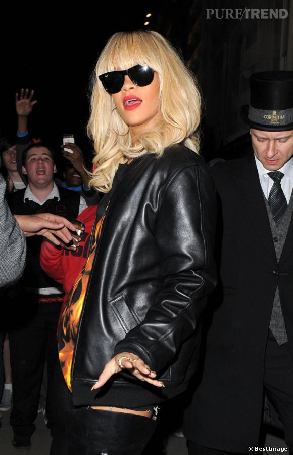 Rihanna prend la pose pour le photographe dans un look 100% rock.