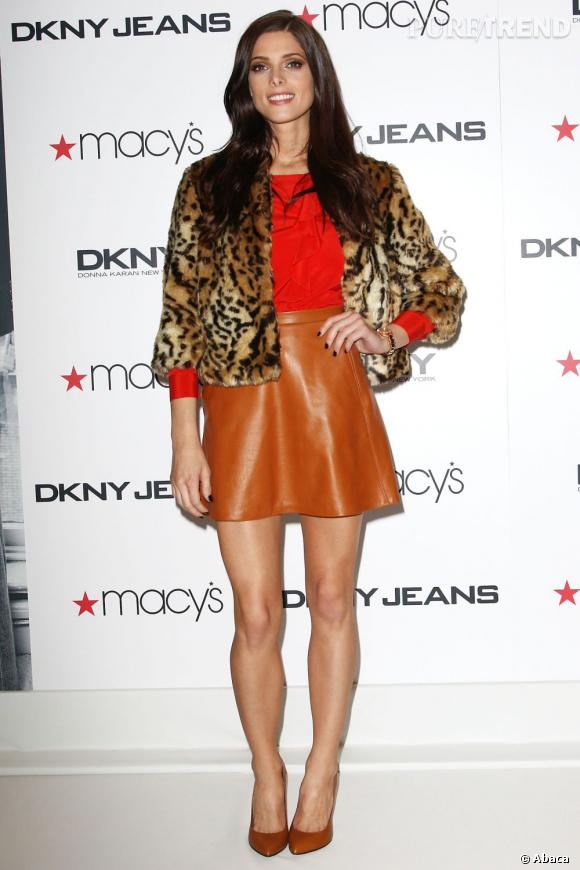 Ashley Greene porte un ensemble DKNY, top et jupe de la collection Pre-Fall 2012.