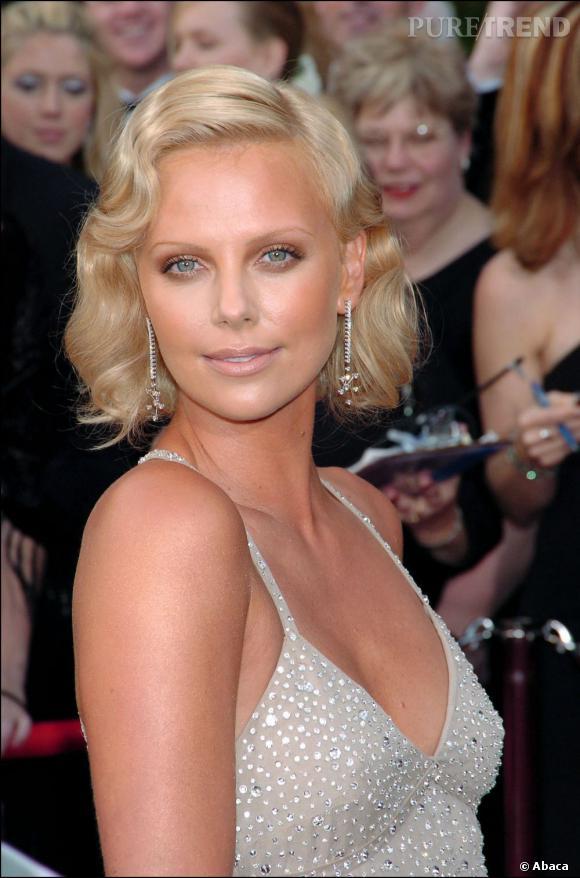 Pour recevoir son Oscar en 2004, Charlize Theron opte pour un carré rétro de l'âge d'or du cinema. Une réussite.