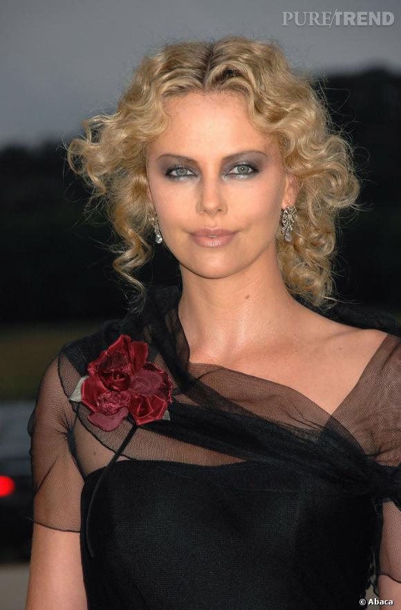 Charlize Theron fait un peu sorcière moderne avec ces frisottis et ce maquillage à outrance.