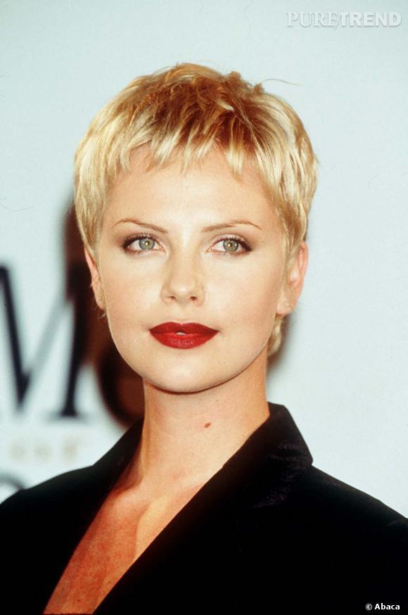 Charlize Theron opte pour une coupe très courte en 1998. L'occasion pour elle de se défaire de son image de mannequin pour faire ses premiers pas d'actrice ?