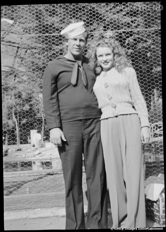 """De 1941 à 1946, Marilyn Monroe est mariée à James Dougherty, surnommé """"James le veinard"""" suite à son mariage avec cette dernière. Mais Marilyn ayant beaucoup souffert de l'abandon plus jeune ne supporta pas quand son époux parti s'engager dans la Marine. Elle expliqua plus tard que """"son mariage n'était ni heureux ni malheureux"""" et cette première séparation officielle ne fut qu'une simple formalité."""