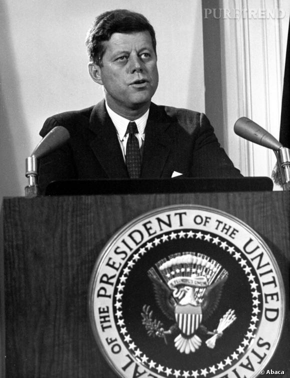 1961 à 1962, Marilyn Monroe créa le scandale en sortant avec le Président des USA : John F. Kennedy. Une relation très complexe qui selon certaines personnes est même à l'origine de la mort de l'actrice.