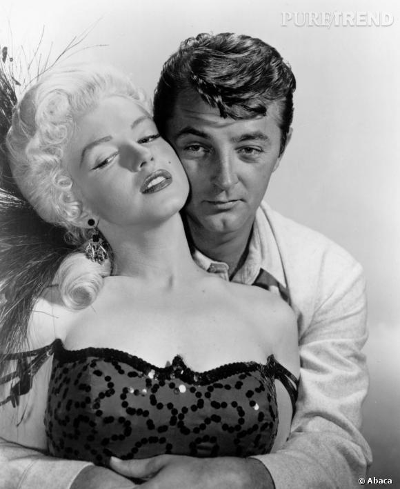 """En 1954 après son divorce, Marilyn se conforte dans les bras de Robert Mitchum, son partenaire dans """"Rivière sans retour""""."""