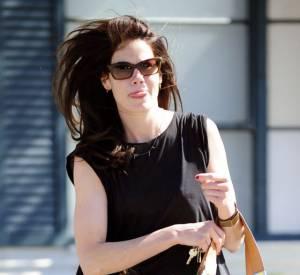 Michelle Monaghan peaufine sa tenue avec un sac gris et jaune.