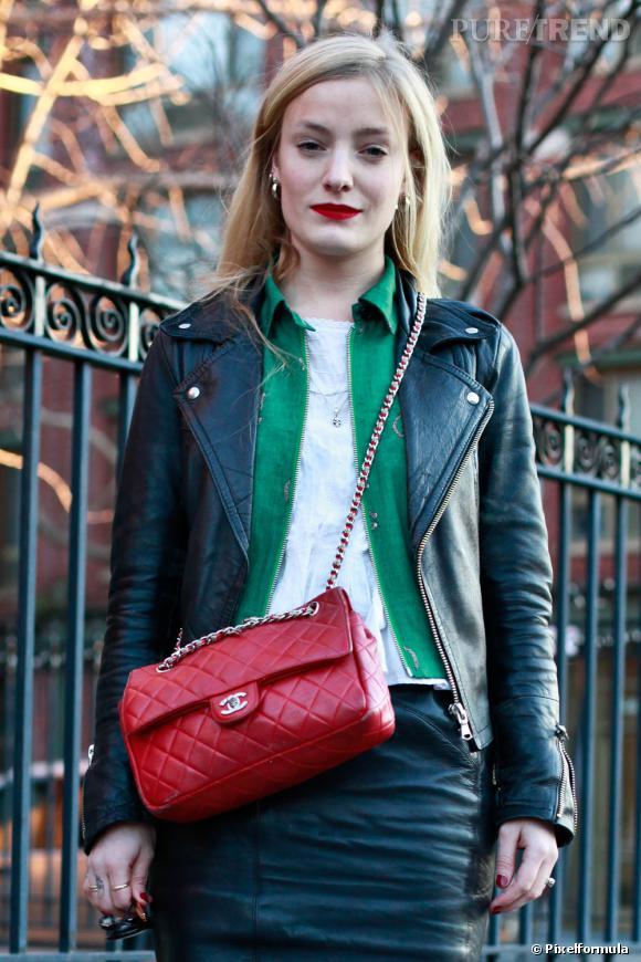 Un sac iconique, le 2.55 de Chanel, mais en rouge, pour varier les plaisirs.