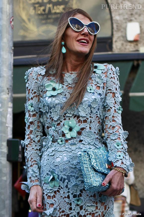 Pour les véritables accros de la mode, faites comme Anna Dello Russo : une tenue = un sac assorti, comme ce sac en osier Dolce & Gabbana assorti à une robe à fleurs de la marque italienne.       A shopper ici :    www.net-a-porter.com