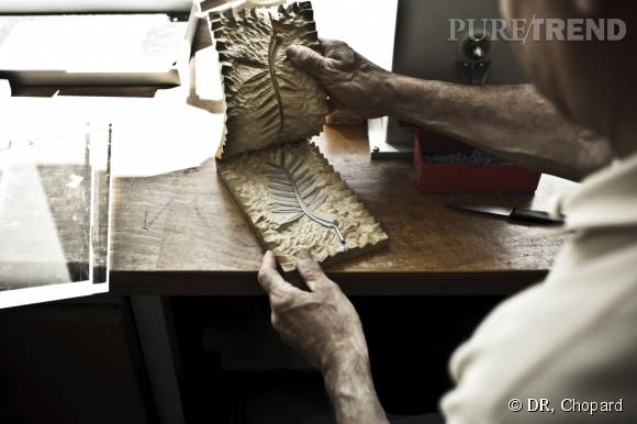 La Palme en cire est ensuite extraite du moule qui servira à couler l'or par la suite.