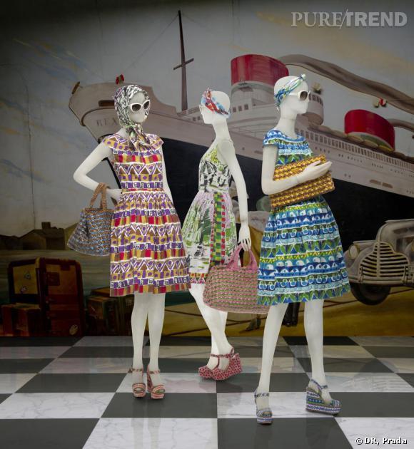 """À l'honneur au Met Museum de New York, Prada n'en oublie pas pour autant ses clientes et sort au mois de mai une collection capsule inédite aux accents rétro qui privilégie toujours les imprimées et les couleurs joyeuses. """"Le Voyageur"""" s'articule autour de robes, de foulards, de sacs et de compensées sixites chic. Cannes a trouvé son vestiaire. Dans les boutiques Prada."""