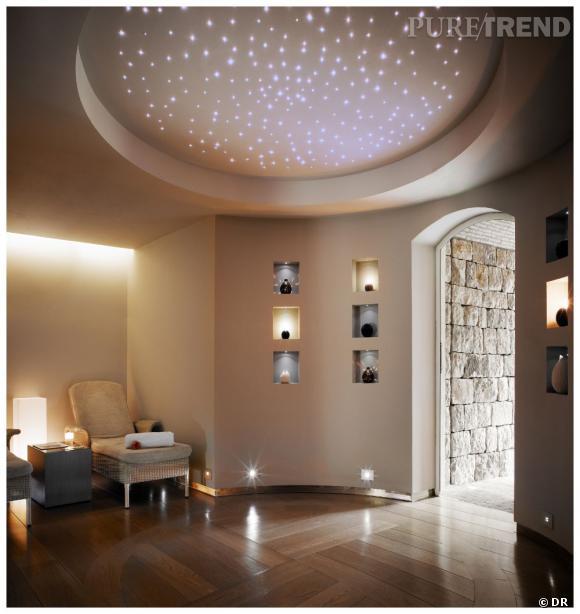 Le spa bénéficie de nombreuses ouvertures sur l'exterieur. La salle de relaxation peut aussi servir pour la méditation. Un appel au bien-être.