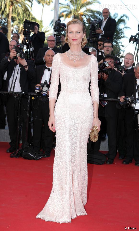 Eva Herzigova porte une robe Dolce & Gabbana.