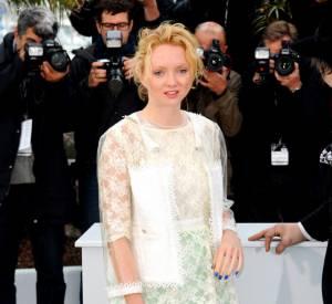 La jeune femme mise sur une tenue originale en dentelle et détails pastel.