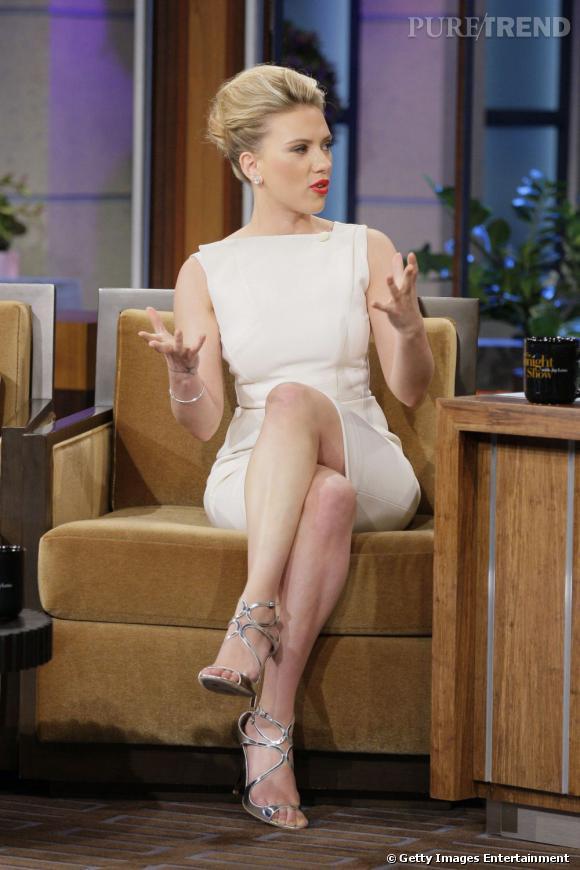 Scarlett Johansson sur le plateau de l'émission The Tonight Show avec Jay Leno. Jimmy Choo modèle Lance aux pieds, elle cartonne.