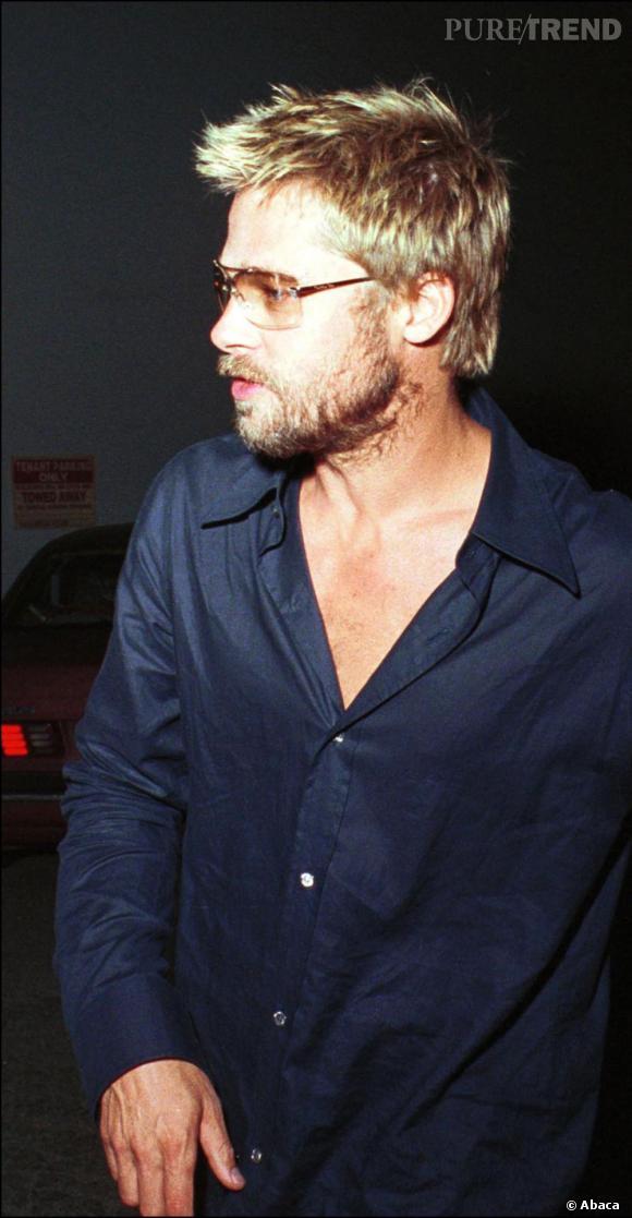 En 2001, Brad Pitt opte pour des pointes un brin décolorées qu'il coiffe negligemment.