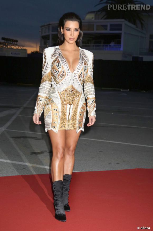 """Le flop mini-robe métallique :  Kim Kardashian, beaucoup trop """"moulax"""" dans cette pièce bling-bling. Loin d'être grâcieuse, elle en rajoute une bonne couche avec un décolleté provocateur."""