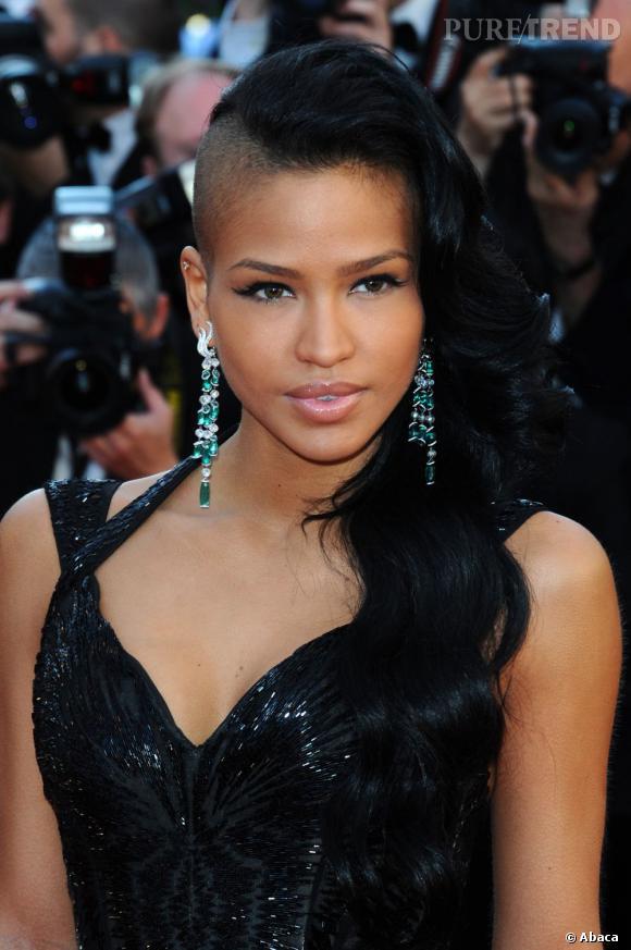 Le flop side-hair :  Cassie craque pour le side-hair rasé d'un côté, loin de la classe et de la féminité one shoulder.