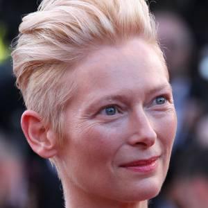 Le flop make up : Tilda Swinton détient une beauté atypique, son regard aurait gagné à être souligné. L'ensemble est beaucoup trop pâle.