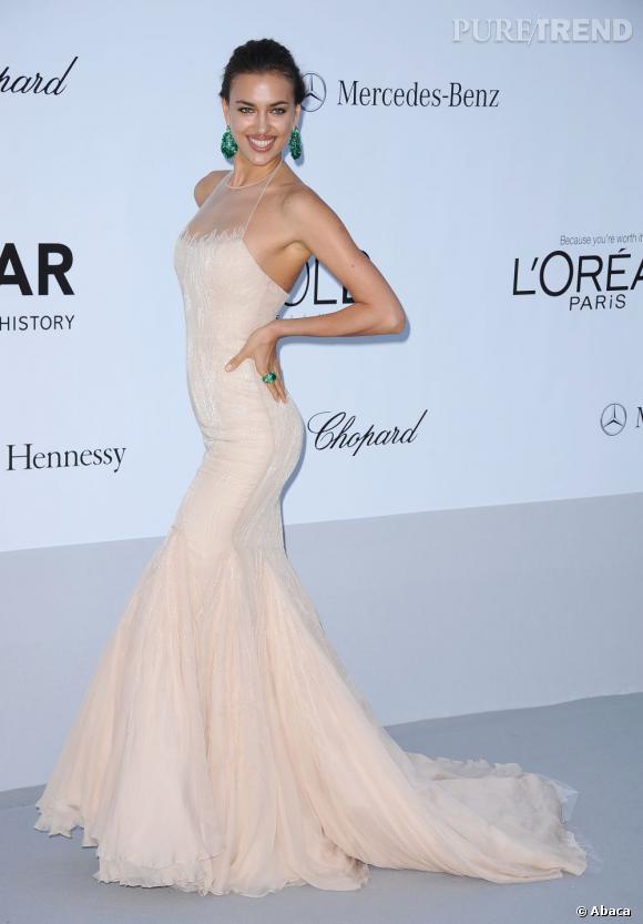 Elle jette son dévolu sur une robe nude sexy Roberto Cavalli.