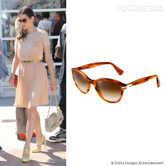 Sur la côte d'Azur, Marion Cotillard fait des lunettes de soleil Capri Edition de Persol son it-accessoire.