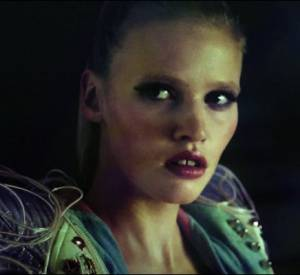 "Lara Stone dans le clip ""Night & Day"" de Hot Chip."