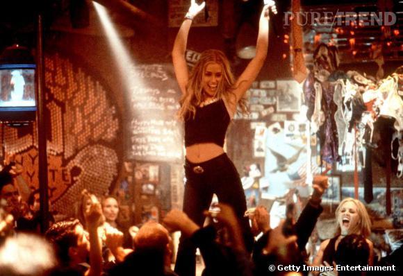 January Jones, ventre à l'air, donnant de la voix sur un bar. Vous imaginez ?
