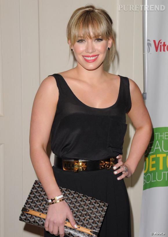 Hilary Duff donne une touche d'éclat à son look dark grâce à son vernis à ongles.
