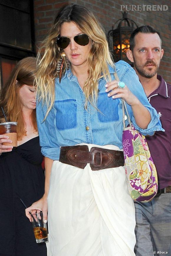 Drew Barrymore fond pour l'ongle immaculé associé à un style hippie coloré.