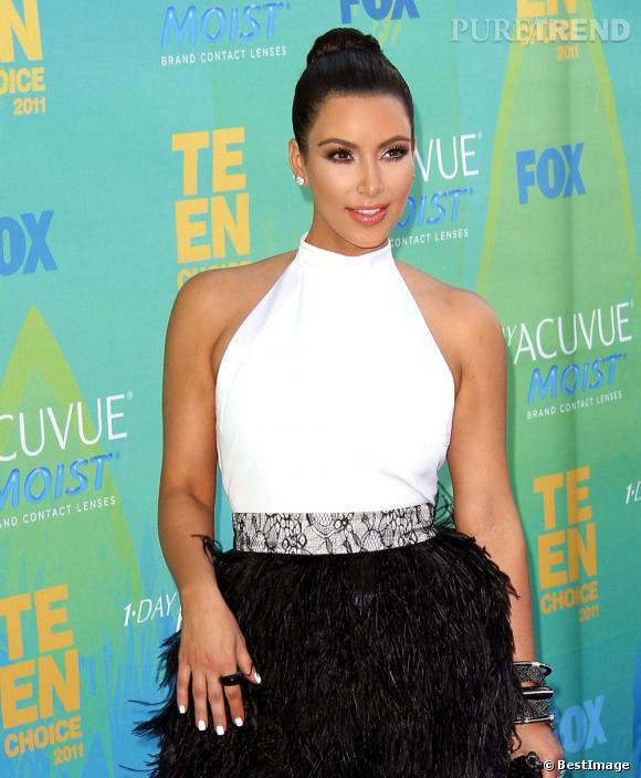 Kim Kardashian en total look black and white.